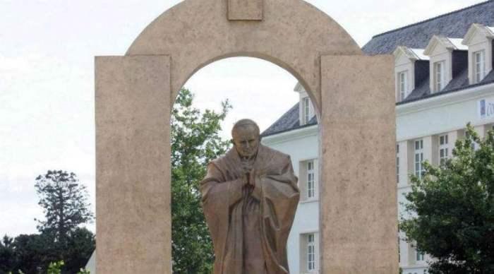 Ploërmel-la-statue-du-pape