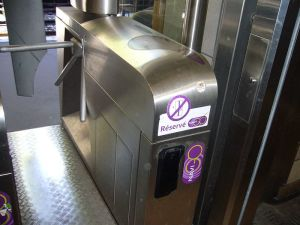 800px-Validateur_Navigo_Metro-RER